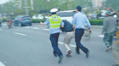 事发当天,涉事司机被警方带走。网友供图