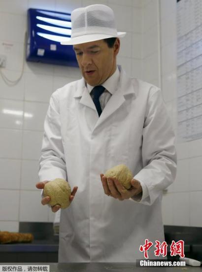 当地时间5月6日,英国财政大臣乔治?奥斯本造访英国,莫里森超市的面包点,亲自动手做面包,为大选造势。