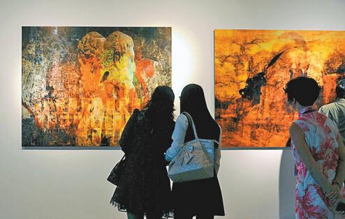 观众在双年展现场观看傅文俊作品