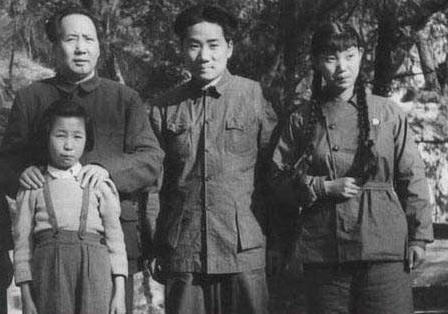 资料图:毛泽东与毛岸英、李纳的合照。