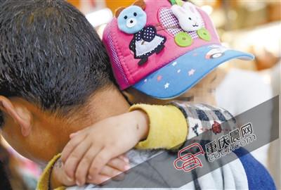 昨天,受伤少年的父亲带着孩儿到西安审查伤情。 新华社发