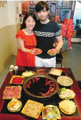 阿里和女朋友陶三春在火锅店里