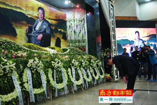 追悼会现场,一朵朵洁白的菊花寄托着哀思。