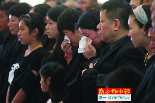 不少市民自发赶来参加追悼会。