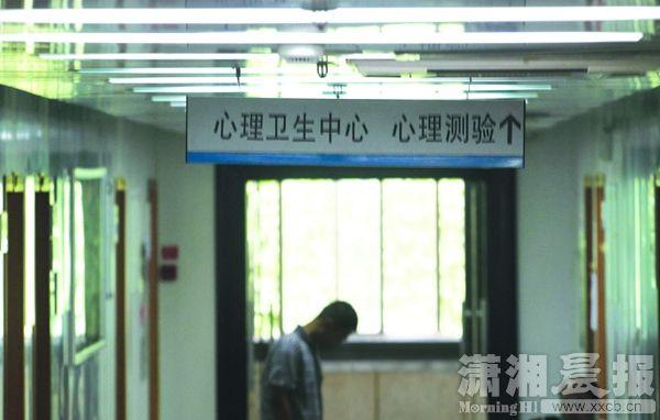 5月7日,湖南省第二公民病院心思卫生核心,本年以来连续有近20人由于炒股成绩来这里就医。图/潇湘晨报记者华剑