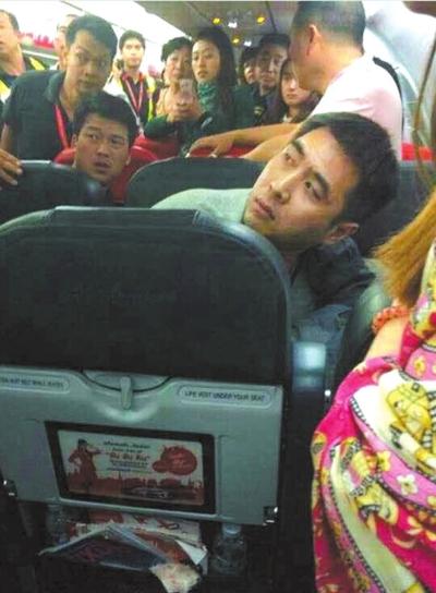 中国乘客大闹亚航航班:热水泼空姐 扬言炸飞机