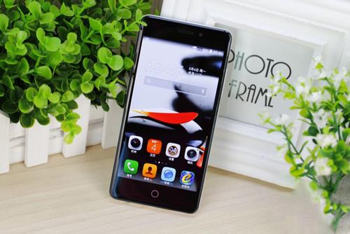 """一般来说,大容量电池的手机机身都特别""""厚实"""",大多数厚度都在10mm以上。TCL续航+手机采用了一块5000mAh超大容量电池,机身厚度却远远薄于普通大容量电池手机,仅为9.15mm,这个厚度在大容量电池手机里面绝对算纤薄的了<b"""