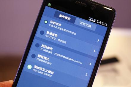 而在实际实际使用上,TCL续航+也表现出超强的续航力,如果将手机充满电,把屏幕亮度调到最高,普通省电模式和超级省电模式均被关闭,可以连续播放了18个小时的视频。而一般情况下,普通智能手机只能连续播放
