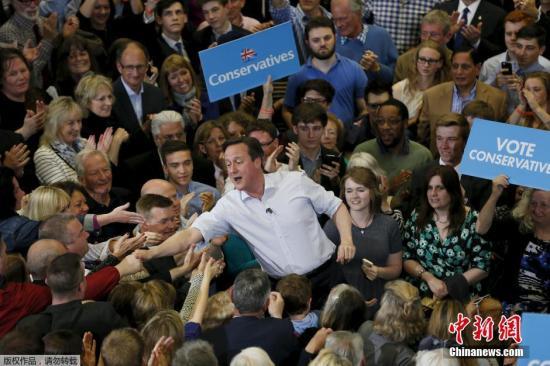 资料图:英国保守党领袖、英国首相卡梅伦携妻前往英格兰,为选举拉票。 视频:英大选投票结束 民调:保守党316席守住阵地来源:深圳高清