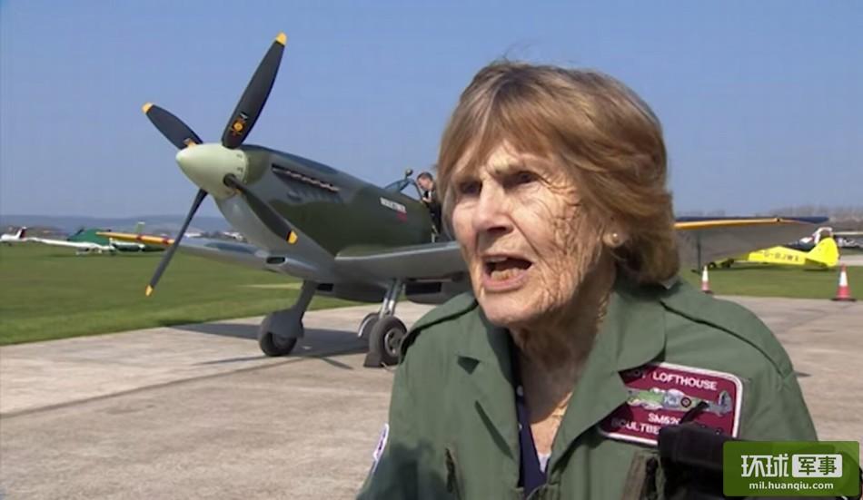 二战期间,战斗机飞行员稀缺,很多芳龄少女选择换上军装,为世界和平贡献自己的一份力量,乔伊·洛夫特豪斯便是其中一员。70年后,这位曾经的喷火式战斗机飞行员受邀前往一处军事基地,又一次体会到当年在蓝天翱翔与对战的激情。