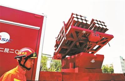 本报讯(记者 李宁)昨日下午,北京消防在位于大兴的总队训练基地举行了新式配备运用效力测验和展现流动。方才于客岁末拿到《消防产物技能判定证书》、具有了配备消防部队资历的导弹救活消防车也表态此中。