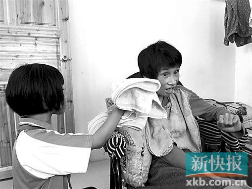小廖为母亲擦洗嘴角。