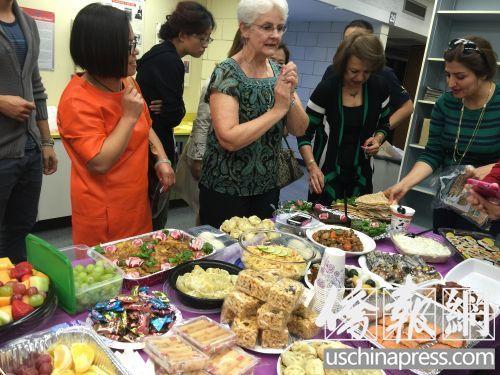 陪读妈妈们带着自己制作的餐点在一起聚餐。(图:美国《侨报》/李帜一)