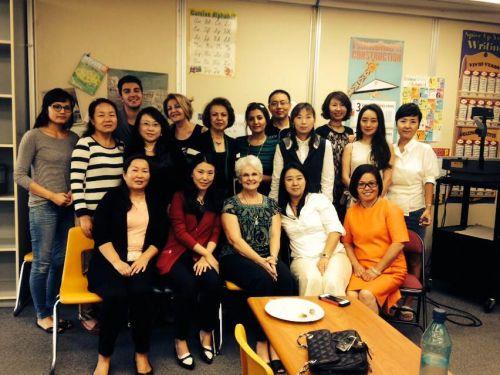 在一起上英文课的陪读妈妈们在一起合影。(图:美国《侨报》/李帜一)
