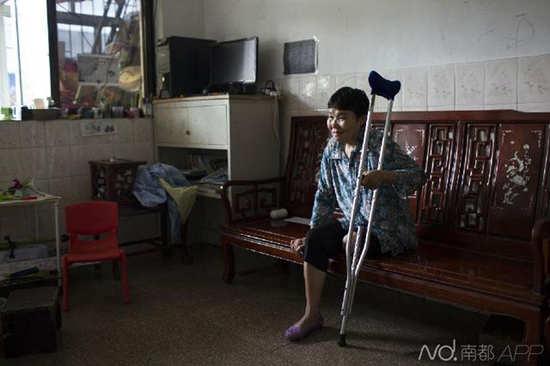 ● 2015年5月8日,牟丽彬的母亲在家中看电视。四个月前,牟丽彬得了晚年发呆症的母亲在家中楼下走丢,40多天后在惠州的海水找到,然而母亲却不测失掉了一条腿。