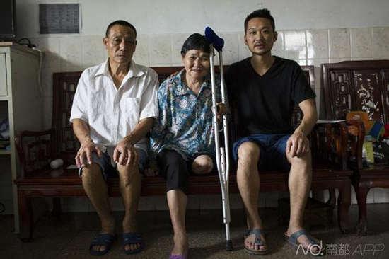 ● 牟丽彬和爸爸妈妈合影。母亲曹烈珍在走失半年多后终究找到,但却少了一条腿,起因至今成谜。