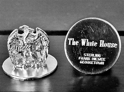 白宫宴会桌上的镀金鹰状席次牌供图/《华盛顿邮报》