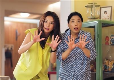 剧中赵薇与母亲(崔新琴饰)为了孩子教育,可谓手段用尽。