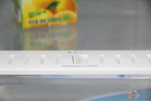 这款美菱雅典娜BCD-301WBD两门冰箱,独创8―-18度宽幅变温区,宽幅变温方便用户更好地储存食物,可设置0度保鲜、冷藏储物、-7度软冷冻即时切、-18度冷冻,轻松自由生活。