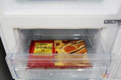该款冰箱还采用了高效压缩机,日耗电为0.78度,同时还享受压缩机十年免费包换。双风道设计制冷更均匀,双门封设计,密封保温效果更好。