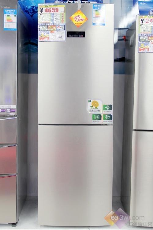 这款海尔两门冰箱BCD-308W采用了仿不锈钢色面板设计,内嵌式把手设计使得机身整齐划一。具有的电脑温控系统,智能操控面板可以更有效地控制箱内温度。