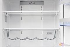 冰箱的冷藏室整体设计宽敞,还配备了钢化折叠搁架,提供了更加完备的使用配件。冰蓝色储物搁架,观察食物一目了然,两层超大果蔬室提供更多地储藏空间。
