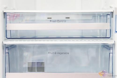 冰箱的冷冻室抽屉更加宽敞,超大的冷冻空间为食物提供方便的保存环境。提升了空间使用效率,拿取食物也变得游刃有余。