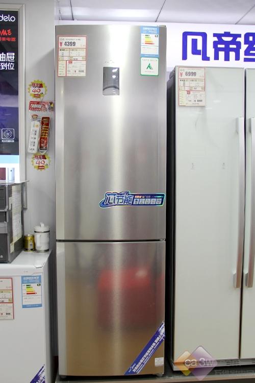 这款美的冰箱BCD-301WMA就非常适合,食物储藏容积达到了301L,相当于一款三门冰箱的容积。