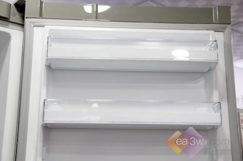 这款冰箱看上去非常高大,门体配置了超大储物盒,透明搁架可使用户清晰看到食物变化。两个超大的果蔬盒,可以存放更多的水果蔬菜。