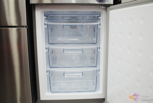 这款海信301WT/A冰箱总容积为301L,冷藏室为206L,冷冻室为95L,日耗电量为0.74度/天。达到了一级能效水平标准。