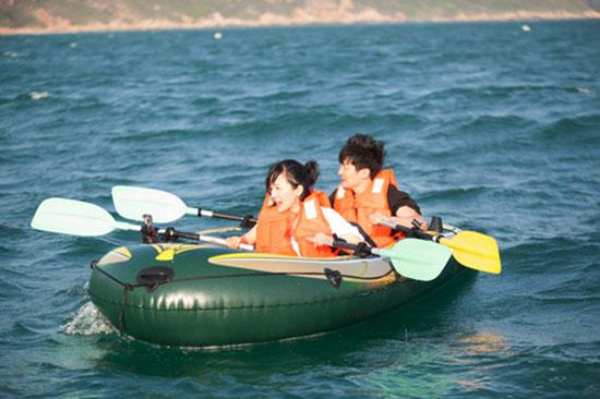 郭京飞鲍莉同乘皮划艇