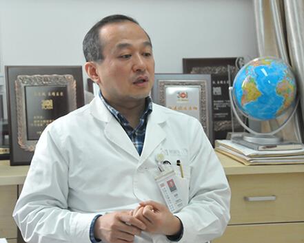 胡毅,解放军总医院肿瘤内一科主任,主任医师,教授,博士生导师。致力于肺癌的分子及免疫治疗研究,尤擅长肿瘤疑难疾患的综合诊治。