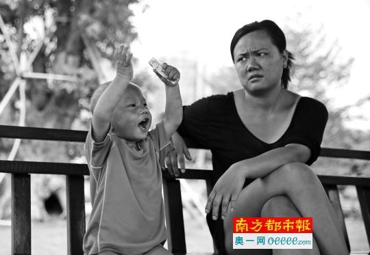 这对母子大多时刻呆在公园凉亭,吃穿靠市民救济。南都 记 者吴进 摄