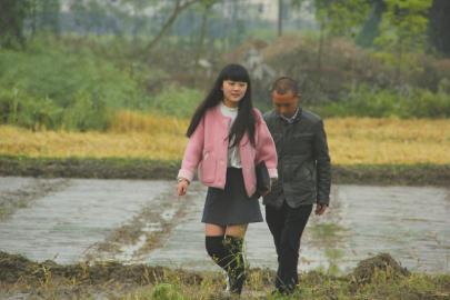 4月23日一大早,在成都师范学院读大三的王机灵就随着老爸跑田坎,进修如那边理水稻。