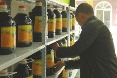 志全协作社在崇州开了两间门市,运营自产的大米、面粉、菜子油,包装上一概打上协作社品牌。