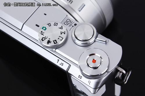 熟悉尼康1 J系列的朋友一看到这个顶部就知道这次J5的操控变的相对更专业了,因为在传统的模式转盘边上还加入了一个操控转盘。