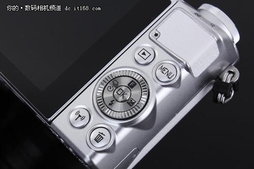 尼康J5的背部按键布局有了不小的变化,按键分布的更平均,而且大拇指的握持部位也做了凸起的防滑设计。在中心十字控制转盘的地步还新增了一个一键WIFI开启键,更加方便进行传输。