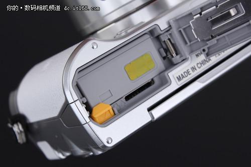 尼康J5依旧使用的是Mirco SD卡作为储存介质,由于尼康1 J5具有最高60fps的连拍能力,所以对于Mirco SD卡的读写速度有一定的要求。