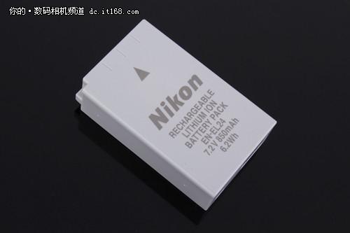 由于尼康J5在外观上变化很多同时还要保持小体积的机身设计所以就采用了一个体积相对更小的850mAh的电池,比之前的尼康J4的1010mAh容量小了一点。