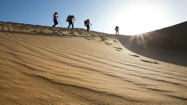 800mba精英在內蒙古騰格里沙漠用60公里的徒步行走和三天兩夜的競技來圖片