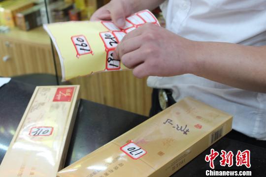 据中华人民共和国财政部发布的《关于调整卷烟消费税的通知》,5月10日起,西安市面上卷烟售价普遍上涨一成左右,部分高档卷烟涨幅较大,售卖卷烟的商家陆续换上新价签。