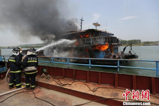 当地消防接警后赶赴现场扑灭大火。潘超 摄
