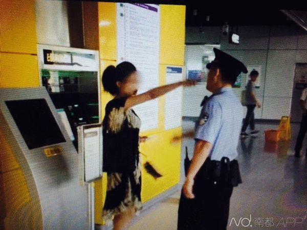 5月4日的,此女子不顾安检员阻挠,强行冲闸.