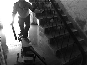 因为楼下积水,昨天上午楼上住户出行成了难题