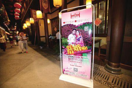 """印度总理莫迪将于5月14日至16日对中国进行正式访问,将访问西安、北京和上海。在西安生活的印度人也格外受到大家的关注。5月11日晚,印度小伙尼尚特跟陕西华县姑娘王爽,在西安一家印度餐厅举行了具有印度特色的婚礼。这对新婚夫妇昨晚向华商报记者讲述了两人的""""婚事""""。两人虽然是同一个单位,却在印度餐厅意外相识,迅速碰撞出爱情的火花,认识不到一年就结了婚。"""