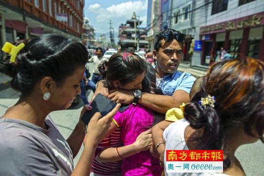 5月12日,尼泊尔加德满都,人们在地震发生后彼此安慰。据中国地震台网中心网站消息,北京时间5月12日15时05分,尼泊尔发生7 .5级地震。震中位于北纬27 .8度、东经86 .1度,震源深度10 .0公里。新华社/路透