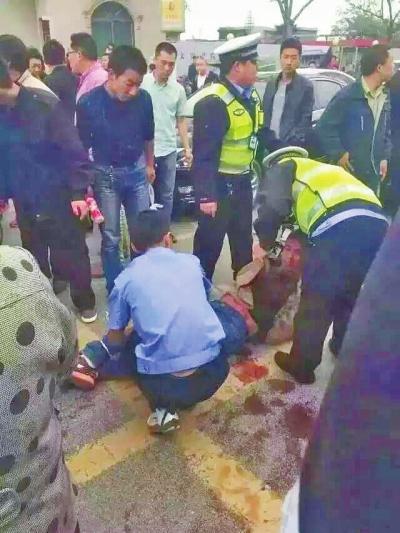 持刀人梁某后被警方带走辉县市民供图