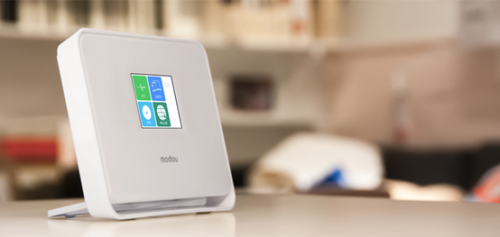 魔豆路由器作为一款带有触控屏的智能路由器,它将网络设置的复杂程度降到了最低。这款路由器支持2.4G和5G双频段,并且自动提供为移动设备提供最优频段。不仅如此,魔豆路由器还内置了远程协助等实用性极强的应用,如果爸妈家的网络出了状况,可以通过这个应用远程解决问题。