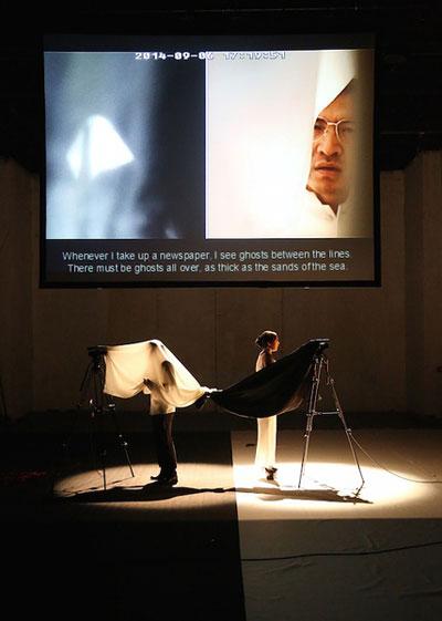 """近日,来自北京、上海两地的青年戏剧导演王翀、王泽成等率剧团齐聚上海,以全新演绎易卜生作品的形式纪念这位曾对世界戏剧产生深远影响的挪威的国宝级戏剧大师。这是由挪威舞台文化交流推广项目""""易卜生国际""""主办的""""易卜生在当下""""活动的重要部分。"""