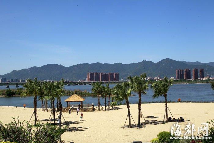 """沙滩公园,碧空如洗,游客感叹""""像在享受加州的阳光"""""""
